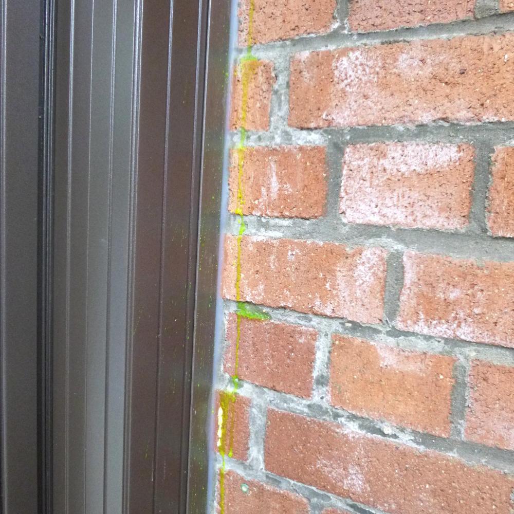 Eau colorée dans une maçonnerie. La solution eau + colorant